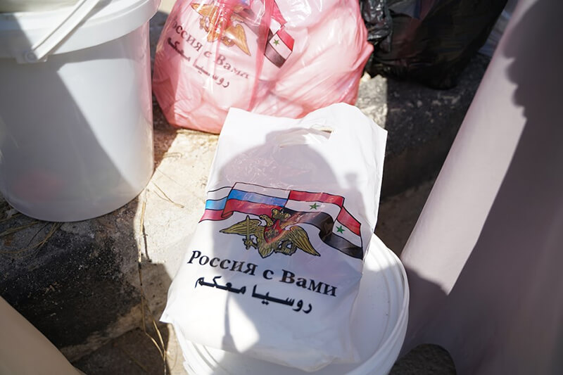 Syrians receiving Russian humanitarian aid (photo by Pablo Gonzales)
